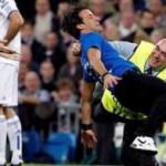 Espontáneo recibe una dura entrada y árbitro es derribado