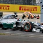Hamilton gana en Gran Bretaña, Rosberg abandona