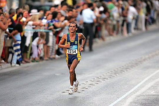 Empujón al líder del maratón Atenas
