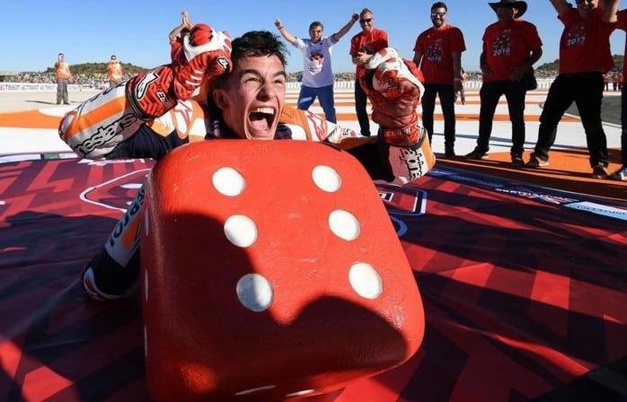 Márquez celebrando título