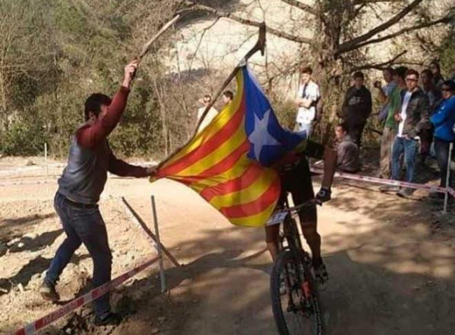 Con una bandera tiran a Coloma